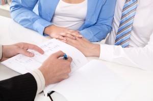 Beratungsgespräch - Meeting oder Ehepaar beim Anwalt